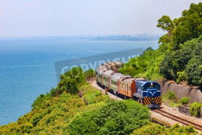 Obraz Vlak na železnici poblíž stanice Fangshan v pingtung, tchaj-wan