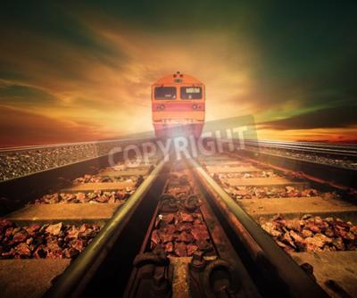 Obraz vlaky na křižovatce železnic trať ve vlaku stanice znovu krásné světlo slunce nastavit oblohu použití pro pozemní dopravu a logistický průmysl pozadí, pozadí, copy space téma