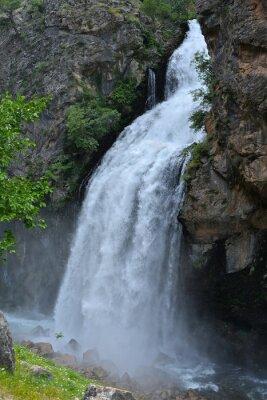 Obraz Vodopád vyplývá z vysokého útesu