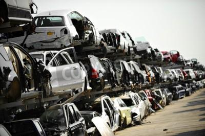 Obraz Vrakové vozy jsou vidět na automobilovém dvorku