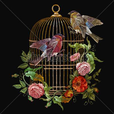 Obraz Vyšívání ptáků a ptáků klece a květiny vektor. Klasická vyšívaná čeleď a dýňová, zlatá klec, vinobraní pupeny divokých růží. Jarní módní umění, kolekce pro design oblečení, tričko