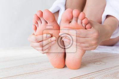 Obraz 足 裏 を 触 る 女性
