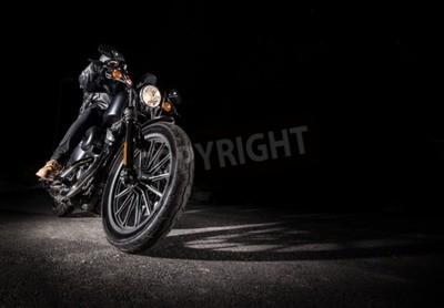 Obraz Zblízka motocyklu s vysokým výkonem v noci, vrtulníku.