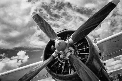 Obraz Zblízka staré letadlo v černé a bílé