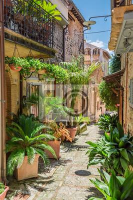 Zdobené ulici v malém městečku v Itálii, Umbrie