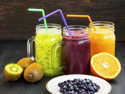 Obraz Zdravé šťávy nápoje s kiwi, borůvek a pomeranče