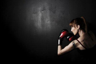 Obraz Žena Boxer s červené rukavice na černém pozadí, vysoký kontrast vybledlé grunge filtrem ve studiu