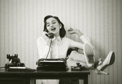 Obraz Žena mluví o telefonu na stole