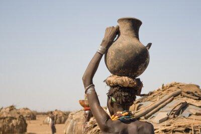 Obraz Žena nese na hlavě nádobu s vodou, Etiopie
