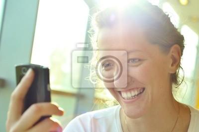 Žena se dívá na telefonu