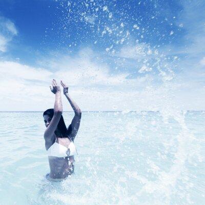 Obraz Žena stříkající v moři