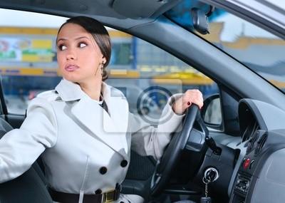 žena v autě hledá dozadu snaží vrátit