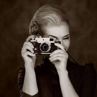 Obraz Žena v klasické šaty s retro kamerou.