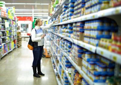 Žena v supermarketu. Dětské jídlo.