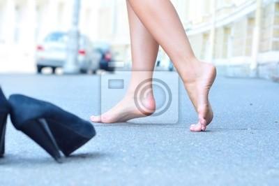 ženské bosé nohy tančí na letní ulici