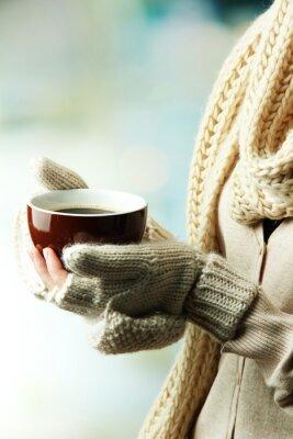 Obraz Ženské ruce s horkým nápojem, na světlém pozadí