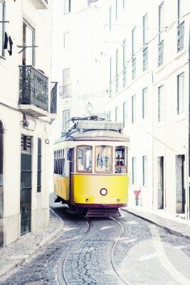 Obraz žlutá staré tramvaje na ulicích Lisabonu v Portugalsku