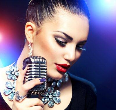 Obraz Zpívající žena s Retro mikrofon