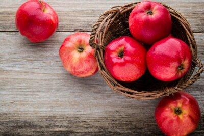 Obraz Zralá červená jablka na dřevěném podkladu.
