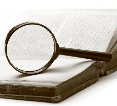 Obraz Zvětšovací sklo a staré knihy na bílém pozadí