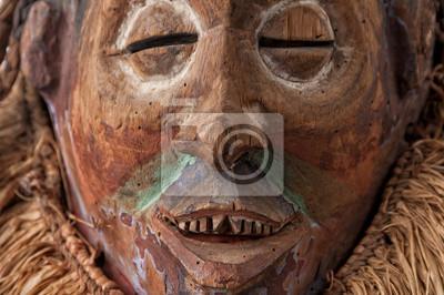 4d6fe0603b3 Africké dřevěné masky. s vlasy. samostatný na bílém pozadí. plakáty ...