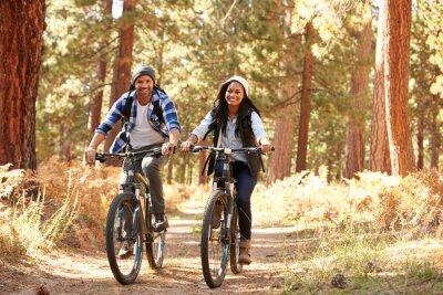 Plakát Afro-americký pár na kole Through Fall Woodland