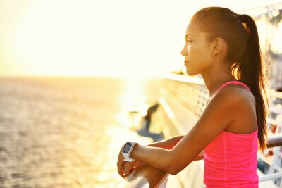 Plakát Aktivní žena relaxaci po spuštění na výletní lodi při pohledu na moře během letních prázdnin. Asian běžec dívka, která nosí SmartWatch srdečního tepu Activity Monitor zdravý životní styl.