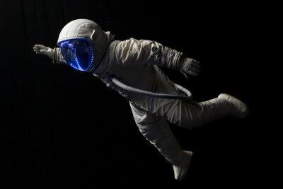 Plakát astronaut ve vesmíru mise ve tmě a prostoru