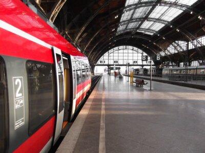 Plakát Bahn hält in Bahnhof