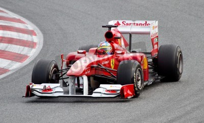 Plakát BARCELONA, ŠPANĚLSKO - 18 února 2011: Fernando Alonso z Ferrari týmu řídil svůj vůz F1 v průběhu Formula One týmy testovacích dnech na Catalunya okruhu.