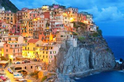 Plakát Barevné domy v noci v Manarola, Cinque Terre Itálie.