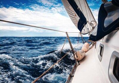 Plakát Bílé plachty jachet na pozadí moře a nebe v oblacích