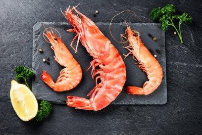 Plakát Bohatý výběr jumbo krevety na večeři na kamenné desky