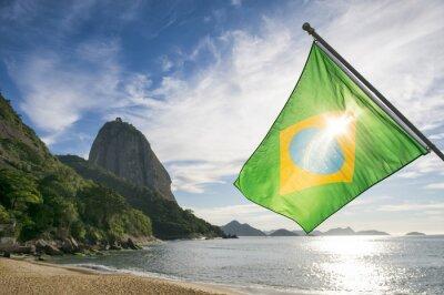Plakát Brazilské vlajky v Praia Vermelha Red Beach s výhledem na východ slunce Sugarloaf hora Pao de Acucar v Rio de Janeiro Brazílie