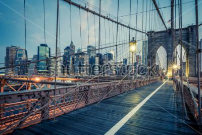 Plakát Brooklynský most v noci, NYC.