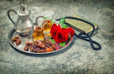 Plakát Čaj a červené růže květ, svatou knihu Koránu a růženec. Ramadan kar