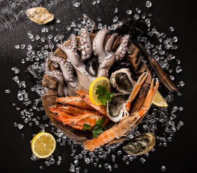 Plakát Čerstvé mořské plody z černého kamene.
