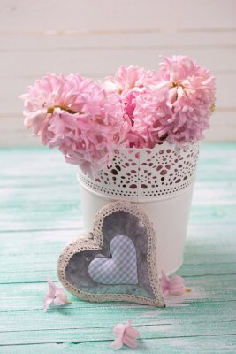Plakát Čerstvé růžové hyacinty květiny v kbelíku a dekorativní srdce na