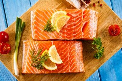 Plakát Čerstvé syrové plátky lososa na prkénku