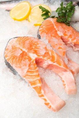 Plakát Čerstvého lososa ryba s citronem na trhu