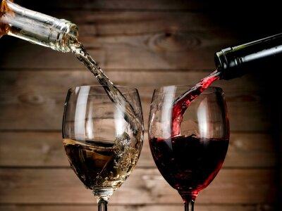 Plakát Červené a bílé víno nalil na dřevo pozadí