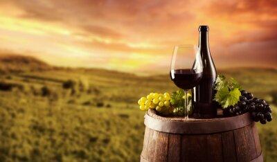 Plakát Červené víno láhev a sklo na wodden soudek