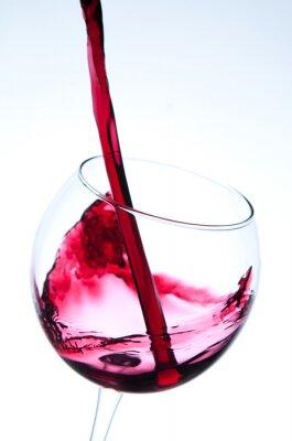 Plakát Červené víno nalil do sklenice na víno