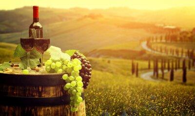 Plakát Červené víno s barel vinici v zelené Toskánsko, Itálie