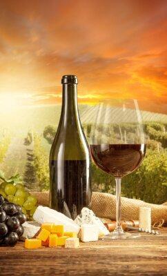 Plakát Červené víno zátiší s vinicí na backgorund