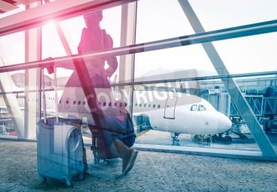 Plakát Cestování koncept s ženou a kufr rychle se pohybující na letiště terminálu bráně - Double Exposure vypadají se zaměřením na letadla v pozadí - Violet marsala sluneční erupce s vintage filtrován editac
