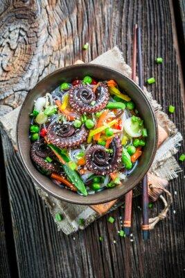 Plakát Chobotnice podávané se zeleninou a nudlemi