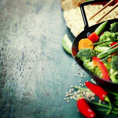 Plakát Čínská kuchyně. Wok vaření zeleniny.
