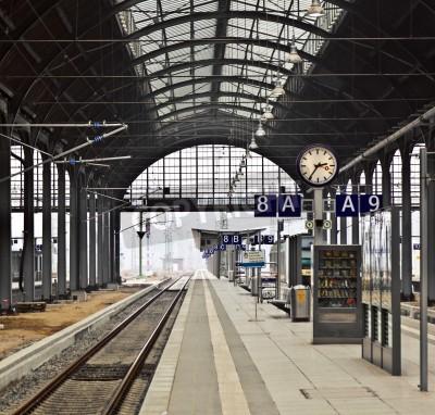 Plakát classicistical železniční stanice v Wiesbadenu v Německu