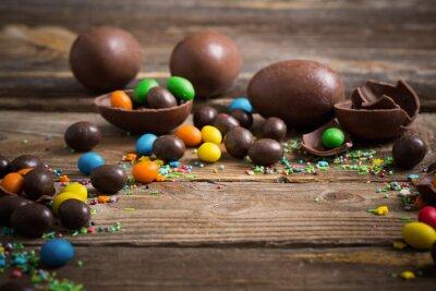 Plakát Čokoládová velikonoční vajíčka přes dřevěné pozadí